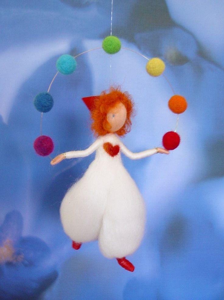 Mobile en laine cardée : le petit jongleur aux 7 couleurs de l'arc en ciel : Chambre d'enfant, de bébé par revesenlaine
