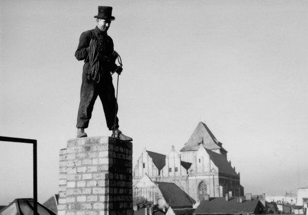 Kominiarz przy pracy, Toruń, lata 50., fot. Henryk Hermanowicz