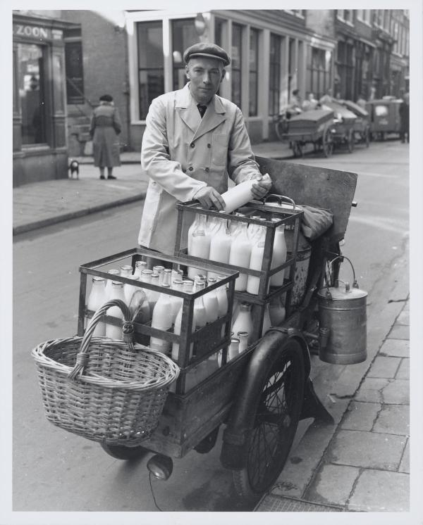 De melkboer, een vergeten beroep in het straatbeeld. Melk haal je tegenwoordig gewoon in de supermarkt. Maar vroeger kwam de melkboer gewoon langs, net als de bakker en de groentenman. Je kocht je spullen gewoon aan de deur. Tegenwoordig ga je voor je boodschappen naar de supermarkt.