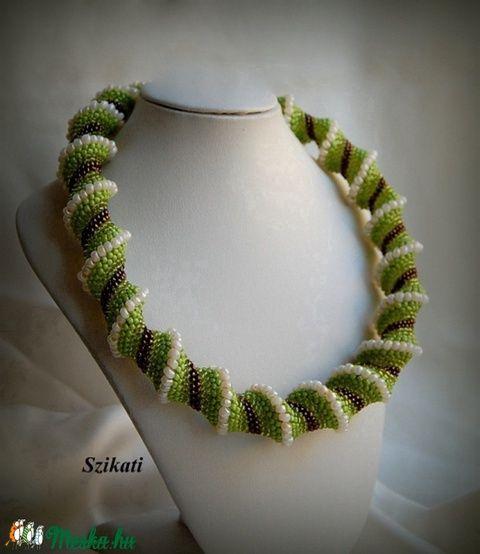Zöld / bronz / beige gyöngyfűzött nyakék (szikati) - Meska.hu