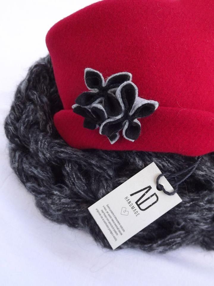Cappellino // in panno colore rosso cardinale con fiori staccabili in panno grigio melange e nero.Sciarpa // scalda collo (fatta interamente a mano con tecnica arm knit) colore nero-grigio, morbidissima. #adhandmade #madeiinitaly #sciarpa #scladacollo #cappellino #design #moda #fashion #trendy #woman #autunno #inverno