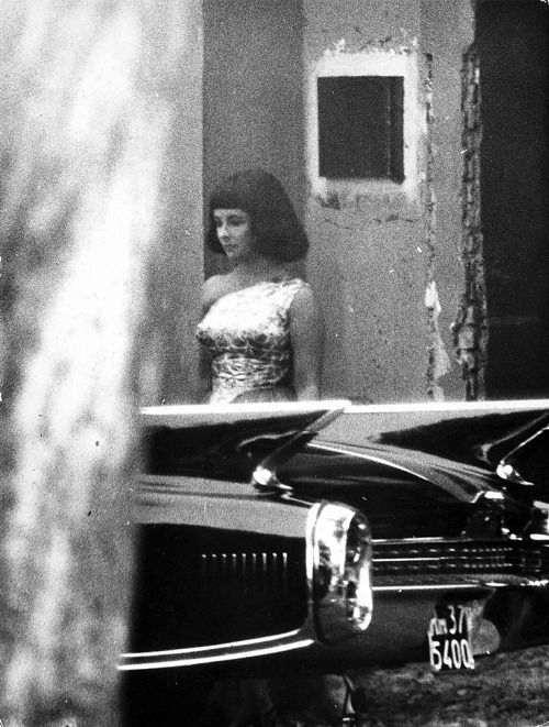 PAPARAZZI SHOT OF ELIZABETH TAYLOR WHILE SHOOTING CLEOPATRA. PICTURES LIKE THIS WERE AN UNHEARD OF AND UNTHINKABLE MOVE BEFORE CLEOPATRA, THE MOST PUBLICIZED FILM OF ALL TIME. THE DESIRE OF THE PUBLIC FOR ALL DETAIL OF ELIZABETH TAYLOR'S PRIVATE LIFE...
