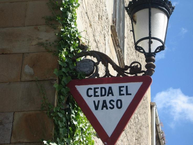Curiosa señal de tráfico la que podemos encontrar junto al Palacio del Marqués de Chiloeches en Espinosa de los Monteros. A ver si a la DGT le funciona esta novedosa campaña contra el alcohol al volante ;-)