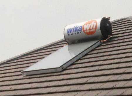 """Service Wika Swh Daerah Tebet  Hp 082111562722 Terdiri dari : Panel Kolektor dan Tangki yang terhubung dengan dua pipa aksesoris. Panel Kolektor berpenutup kaca dengan rangkaian pipa tembaga didalamnya (Sirip Absorber) berfungsi sebagai penangkap panas sinar matahari.Tangki berfungsi sebagai """"thermos"""" (tempat penyimpanan air berinsulasi) yang mampu menahan penurunan panas air secara minimal."""