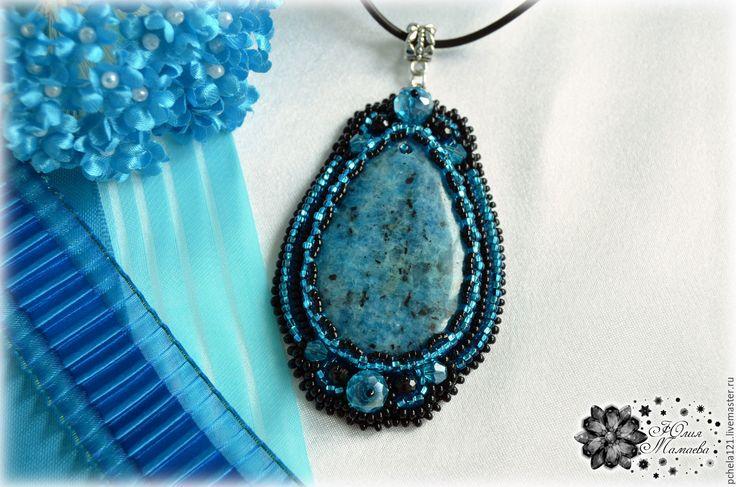 """Купить Кулон """"Элегия"""" - пегматит, хрустальные бусины, вышивка бисером - голубой, черный, Ультрамарин, синий"""
