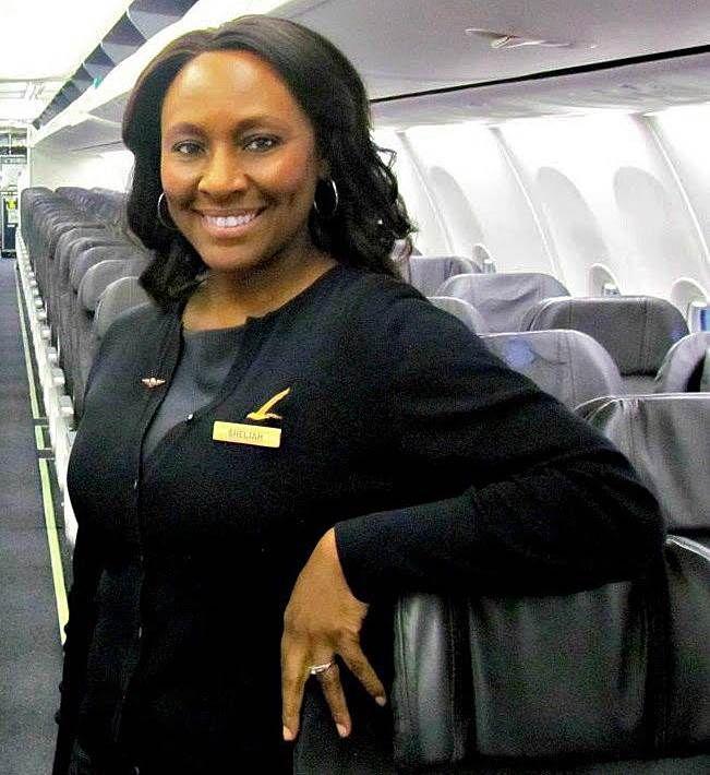Com um bilhete no banheiro do avião, a comissária de bordo Shelia Frederick, de 49 anos, ajudou a salvar uma jovem vítima de tráfico humano que seguia viagem entre Seattle e São Francisco, nos Estados Unidos.