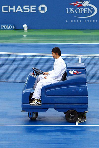 Fregadora Tennant 7100 en el US Open de tenis, después de la lluvia, secando la pista para reanudar el partido