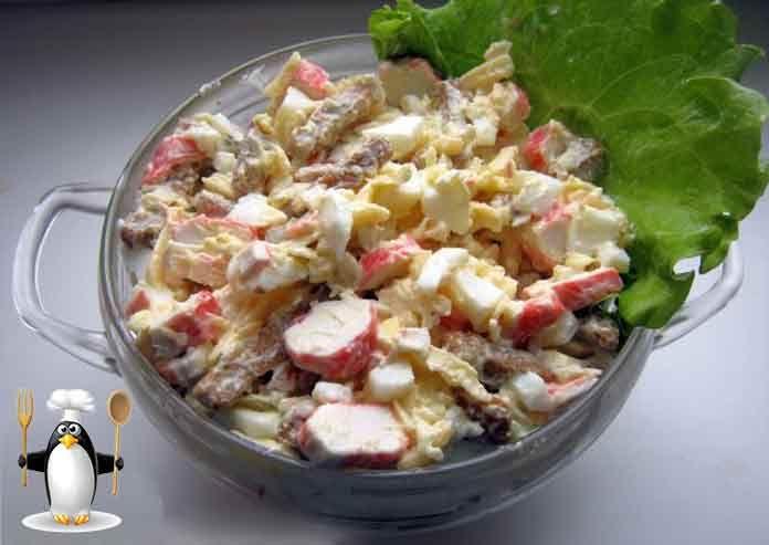 Ваши гости будут довольны. А главное - этот салат очень быстро делать! Рецепт очень пригодится в качестве салата на день рождения. И в меню на корпоративное мероприятие не будет лишним... ИНГРЕДИЕНТЫ  Крабовые палочки - 240 г.; Яйца куриные - 4 шт.; Сыр твердый - 300 г.; Сухарики - 100 г.; Майонез - по вкусу; Чеснок - 2-3 зубчика; Лимон (сок) - 0,5 шт.  ПРИГОТОВЛЕНИЕ  Нарезаем крабовые палочки. Куриные яйца отвариваем вкрутую. Очистим. Охлаждаем. Нарезаем кубиками. Твердый сыр пропускаем в…