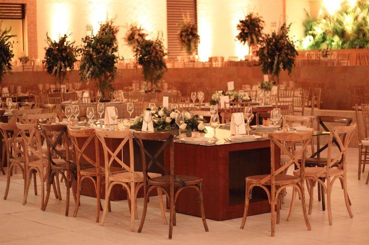Una elección sobria para la decoración, dejando ver la calidez del ambiente, los detalles en dorado y los resplandores de luz. #Boda #Wedding