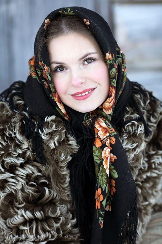 Vestido ruso tradicional del invierno. una niña rusa en un abrigo de piel y una bufanda. pueblo ruso