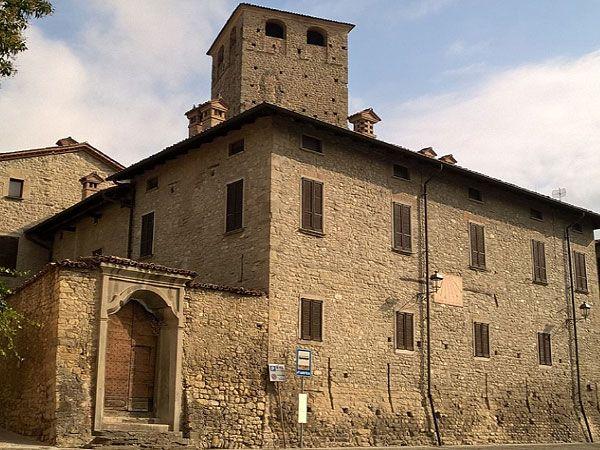 #Castello Malaspina di Varzi: la facciata, la Torre delle Streghe e il portale settecentesco.