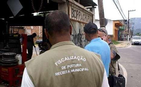 De costas, Ubiratan; de azul, Adriano Abbud; e, no celular, Jorge.