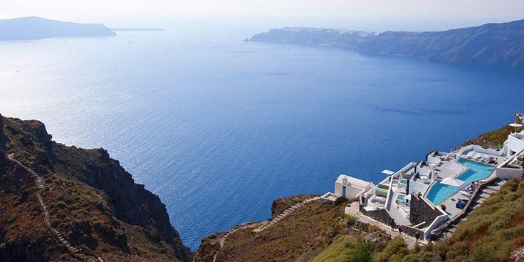 Grace Santorini, Griekenland: Santorini mag niet in deze lijst ontbreken: u vindt er tal van indrukwekkende klifs. Hotel Grace is onze favoriet dankzij het pittoreske terras en de minimalostische interieurs.