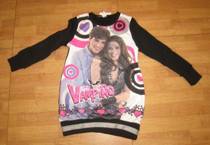 Saco de Chica Vampiro para los vampifans italianos, presentado por Piazza Italia. / Chica Vampiro sweater for the Italian vampifans, by Piazza Italia.