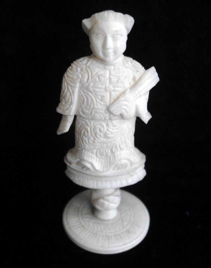 B11308 £16 inc UK Post. Offers Welcome. A small carved male figure in ceremonial dress, possibly made out of bone or ivory (we don't think it is faux ivory due to the nature of the carving). The figure stands approximately 2.5in high to the top of his head dress. The figure is structurally sound but there are a few minor nibbles to the figure here and there. Exact age unknown but believed to date from the earlier part of last century, and probably made in India or Asia. Weighs just under…