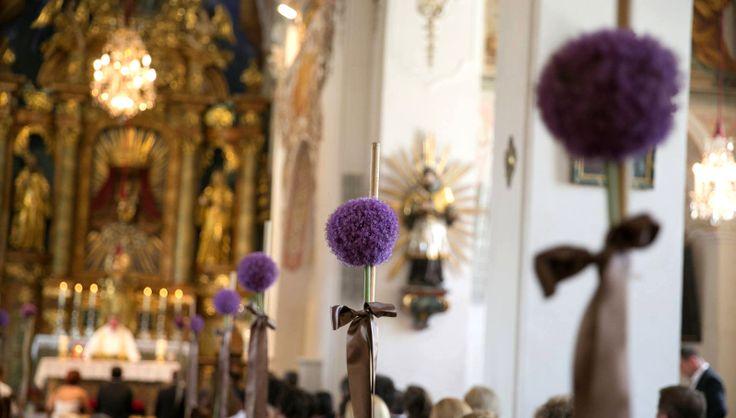Kirchenschmuck fuer Hochzeit. Riesen Lauch (Allium giganteum) in violett fuer Kirchenbank. Design: Blickfang Tropp Oesterreich
