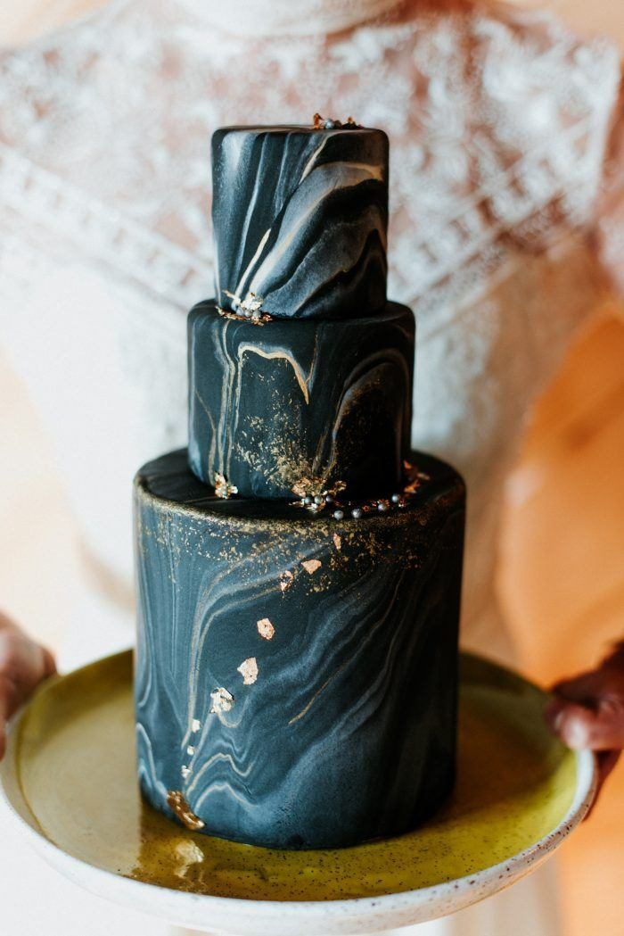 Moody black marbled wedding cake with gold accents perfect for a winter wedding Image by Eileen Meny