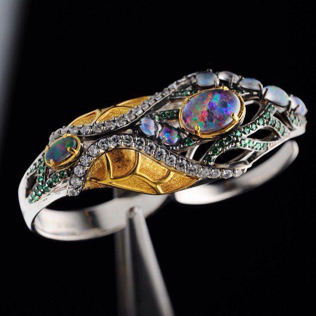 Пинцетом, как куколку бабочки, в ожидании имаго. Клиенты порадовали новой коллекций. Снимать и просто и сложно одновременно. Несколько фактур, разная реакция на свет, меняющийся опал, сложная форма двойного кольца. Но красивое и сочное изделие. #ювелирка #кольцо #серебро #опал #jewelry #ring #opal #silver