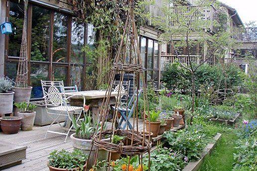 Habitat participatif établi en ville, au fond d'une impasse, à Springhill au Royaume-Uni. 35 familles qui y vivent depuis 2003.