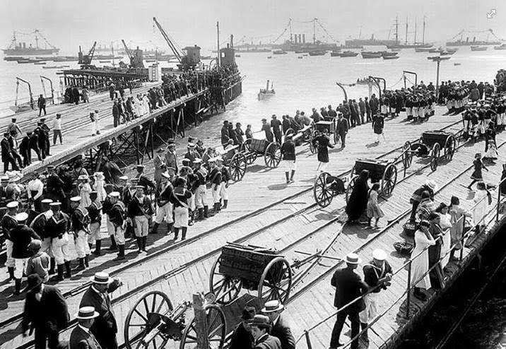 """Las tripulaciones de la Flota de la Armada de Chile desembarcan en Arica el 20 de Octubre de 1904, para la ceremonia de la """"Firma del Tratado de Paz y Amistad entre Bolivia y Chile"""", con el fin de terminar con el Estado de Guerra existente entre ambos países, luego del estallido de la Guerra del Pacífico en 1879."""
