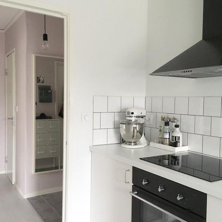 Rosa väggar kök vitt kakel kitchen aid