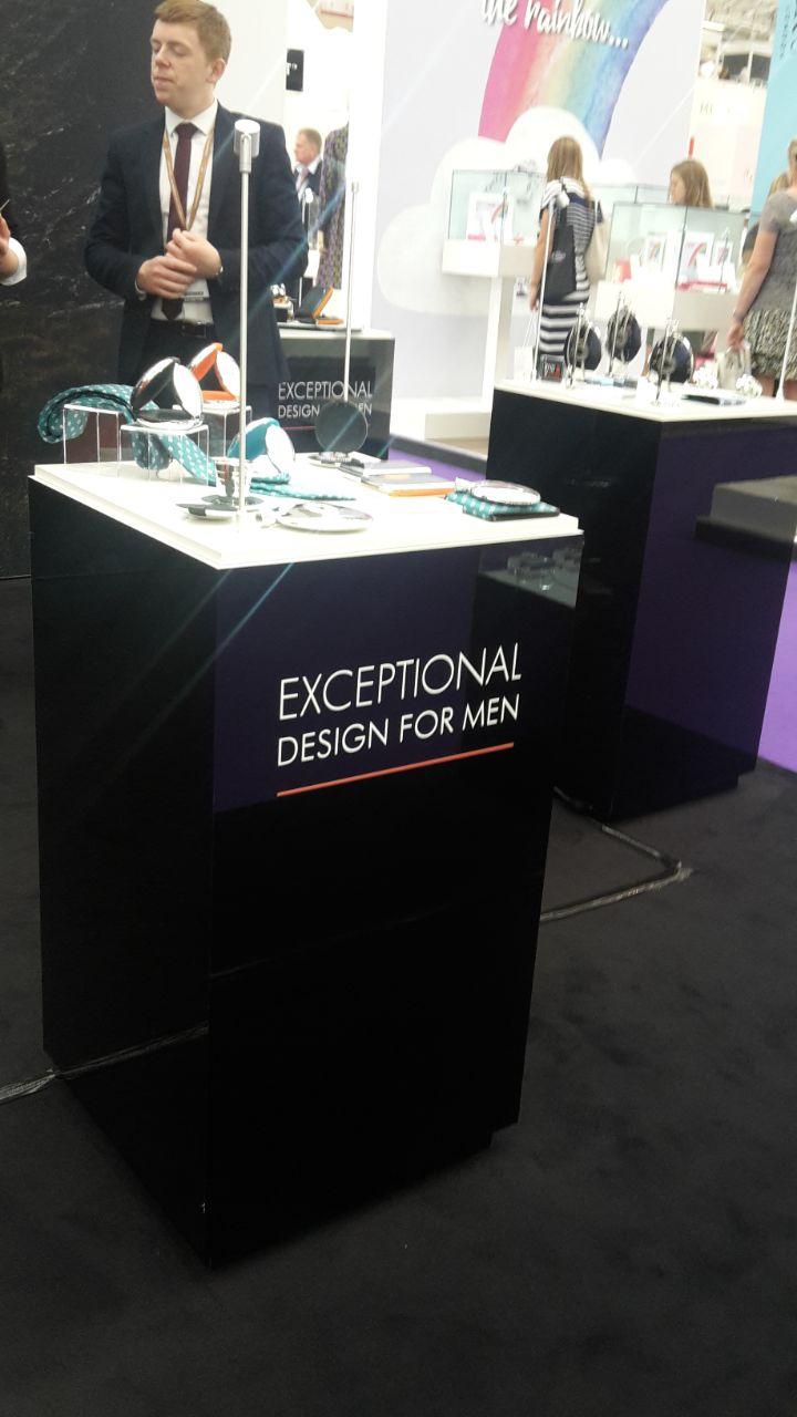 Hoogglans sokkel met LED verlichting voor sieraden #sieraden #london #display #zuil #sokkel