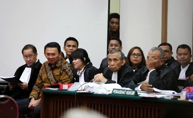 """Pengacara Ahok harus taubat jika Muslim""  Ahok dan deretan pengacaranya (Detikcom)  Ada yang menarik dari persidangan kasus penistaan agama hari ini Selasa (28/2). Tim Kuasa Hukum terdakwa Basuki Tjahaja Purnama (Ahok) menolak kehadiran ahli hukum pidana dari Majelis Ulama Indonesia (MUI) Abdul Chair Ramadhan sebagai saksi karena dituding mempunyai konflik kepentingan. ""Ahli ini punya conflict of interest dan telah menyatakan pendapatnya dalam surat terbuka kebencian terhadap terdakwa ini…"