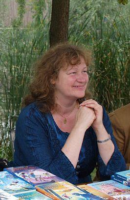2. Lydia Rood is een bekende Nederlandse schrijfster uit 1957. Ze is een veelzijdige schrijfster. Ze schrijft zowel boeken voor kinderen en volwassenen. Maar ze schrijft ook theatervoorstellingen.