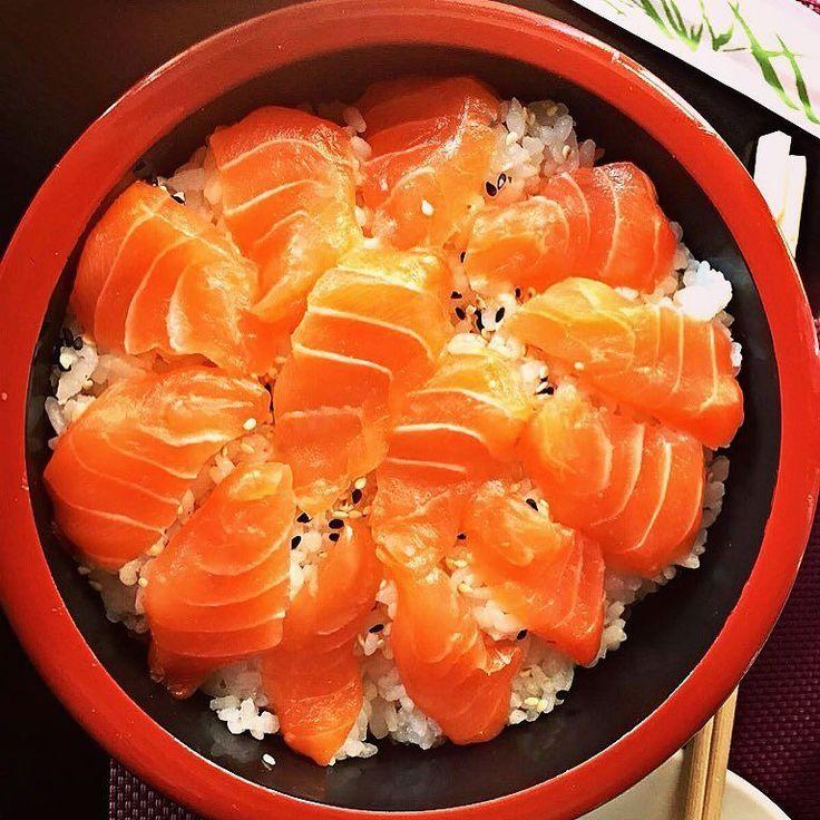 It's sushi time!! #sambaincucina #foodpics #foodporn #homemadefood #foodphotography #picoftheday #instagood #instafood #igers #cucina #cucinaitaliana #_food_repost #dolce_salato_italiano #recipe #recipes #ricetta #ricette #receita #ognitantocucino #foodfeed #blogueira #foodblog #foodgasm #foodgram #sushi #sushilovers #salmon #fun #happy #saturday by sambaincucina