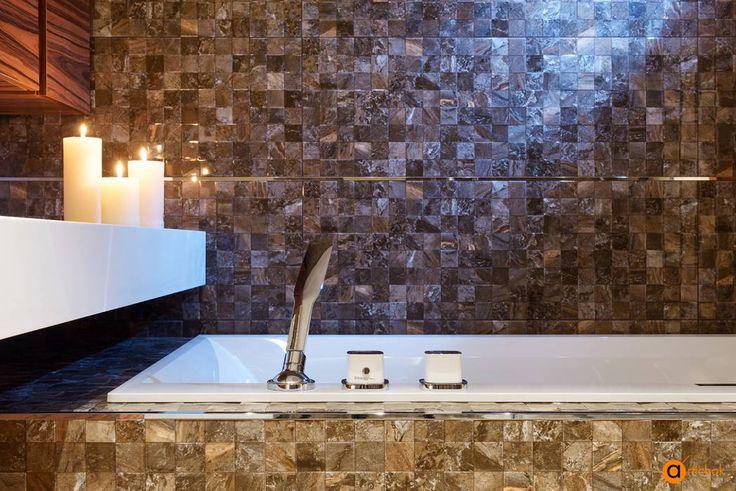 Романтическое настроение создается благодаря теплым бронзово-коричневым тонам стен в сочетании с белой купелью и свечами. Уют и наслаждение каждый день. #бронзовая_ванная_комната #коричневая_плитка_для_ванной #свечи_в_ванной