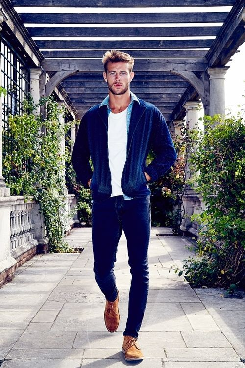 Acheter la tenue sur Lookastic:  https://lookastic.fr/mode-homme/tenues/blouson-aviateur-chemise-en-jean-t-shirt-a-col-rond-jean-skinny-chaussures-derby/6707  — Chaussures derby en daim brun  — Jean skinny bleu marine  — T-shirt à col rond blanc  — Blouson aviateur bleu marine  — Chemise en jean bleu clair