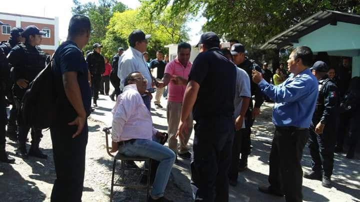 """POLICIA EN CHILPANCINGO ESPOSAN A UNA SILLA AL ASESOR DEL PRESIDENTE MPAL. DE CHILPANCINGO """"EFRAIN ZUÑIGA GALEANA!!!"""
