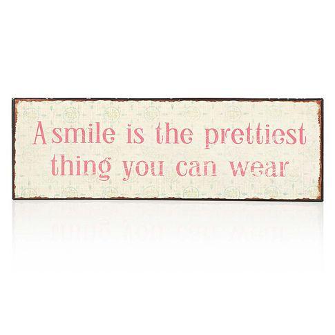 """Charmanter Gedanke! Schild """"A smile is the prettiest thing you can wear"""", shabby, mit zarten Blümchen auf hellem Hintergrund."""