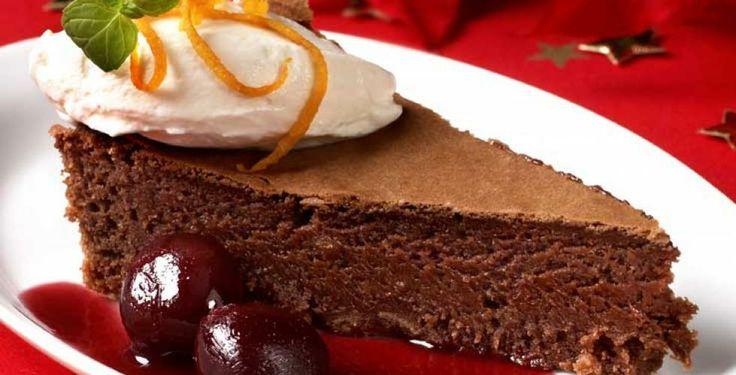 Bløt sjokoladekake med kirsebærsaus
