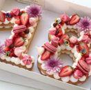 Jeune pâtissière indépendante basée en Israël , Adi Klinghofer confectionne des gâteaux d'anniversaire personnalisés selon votre âge. Sur base de biscuit, de mascarponeet de meringue, le dessert d'une taille imposante est orné d'une multitude de fruits rouges, de fleurs et de macarons. Une idée simple qui prend une nouvelle dimension dans une féérie de couleurs. …
