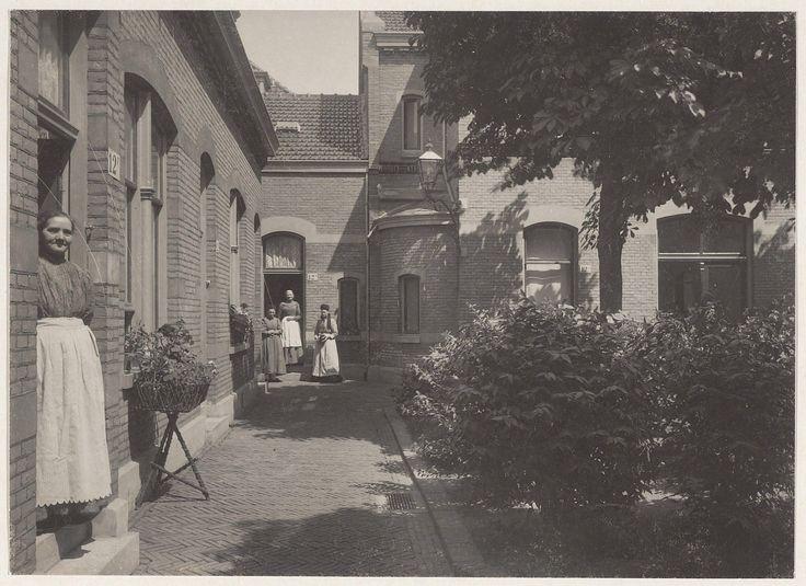 De binnenplaats van het Zuiderhofje. Foto 1904                               Fotograaf: Berend Zweers