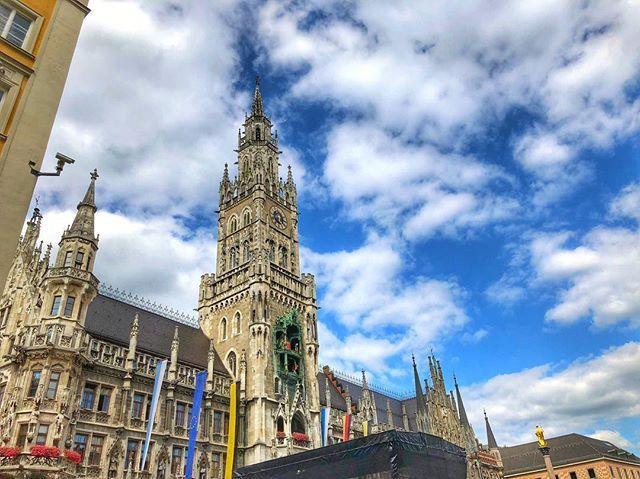 Weißblaue Geschichten.  . . . #marienplatz #minga #mingaoida #münchen #munich #muc #munichcity #089 #muenchen #deutschland #germany #igersmuc #igersmunich #instamunich #ig_munich #ig_europe #visitmunich #visit_munich #europe #bavaria #visitbavaria #travel #travelgram #bigcitylife #cityphotography #munichandthemountains