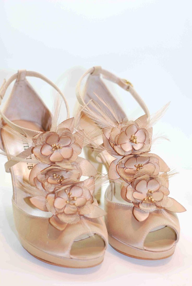 Bonitas sandalias de flores, tul  y plumas. Tienen una cartera a juego, el tono combina muy bien con diferentes colores. Te están esperando en www.dicarolo.com