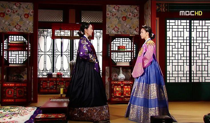 희빈장씨와 숙의최씨의 신경전♡♡♡Dong Yi (Hangul: 동이; hanja: 同伊) is a 2010 South Korean historical television drama series, starring Han Hyo-joo, Ji Jin-hee, Lee So-yeon andBae Soo-bin. About the love story between King Sukjong and Choi Suk-bin, it aired on MBC from 22 March to 12 October 2010 on Mondays and Tuesdays at 21:55 for 60 episodes.cal television drama series, starring Han Hyo-joo, Ji Jin-hee, Lee So-yeon andBae Soo-bin. About the love story between King Sukjong and Choi Suk-bin, it aired on MBC…