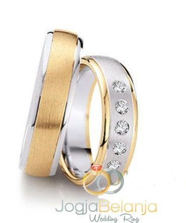 Cincin kawin Garwita menyuguhkan cincin berbahan perak 925 yang cantik. Cincin pasangan wanita dan pria nampak berbeda namun tetap serasi dengan kesamaan pola lapis 2 warnanya. Warna emas dan perak berpadu elegan dengan finishing doff kasar pada kedua cincin. Untuk pasangan wanita kami tambahkan