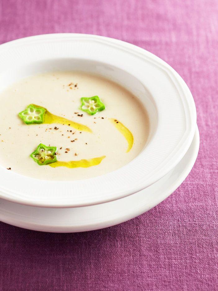 コラーゲンたっぷりの鶏手羽先を山いもと水で煮込み、牛乳を加えてブレンダーにかけたポタージュ。白い食材は肌を潤す「肺」を補う食材。濃密なのに後味は軽やか、食欲もそそるスープを試してみて!|『ELLE a table』はおしゃれで簡単なレシピが満載!