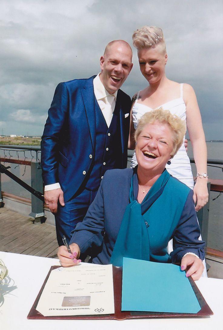 Ja Ja ook de handtekening van de Trouwambtenaar dient op de huwelijksakte geplaatst te worden!
