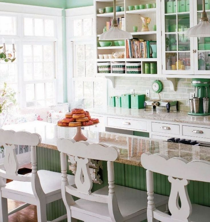 Кухня в стиле шебби-шик: винтажная роскошь для ценителей комфорта и 80 уютных интерьеров http://happymodern.ru/kuxnya-v-stile-shebbi-shik/ Разделение зон на кухне шебби-шик с помощью обеденного стола