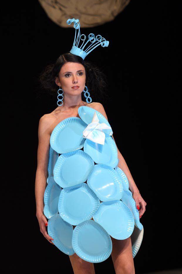 Sukienka na pokaz mody ekologicznej w przedszkolu