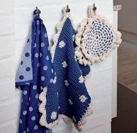 Vi har leget med hæklerier i blå og hvide farver. Det er der kommet et par grydelapper og et lille prikket håndklæde ud af.