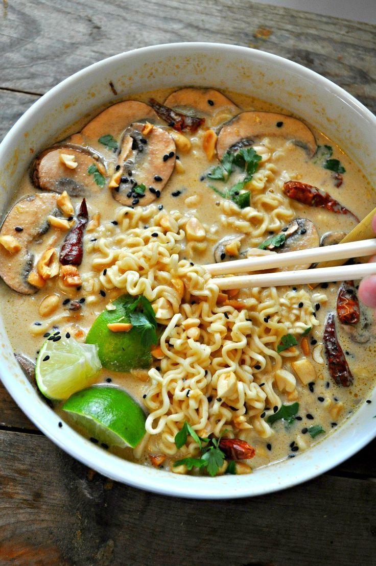 Dieser vegane würzige thailändische Erdnuss-Ramen ist unglaublich und so beruhigend. Die Brühe schmeckt
