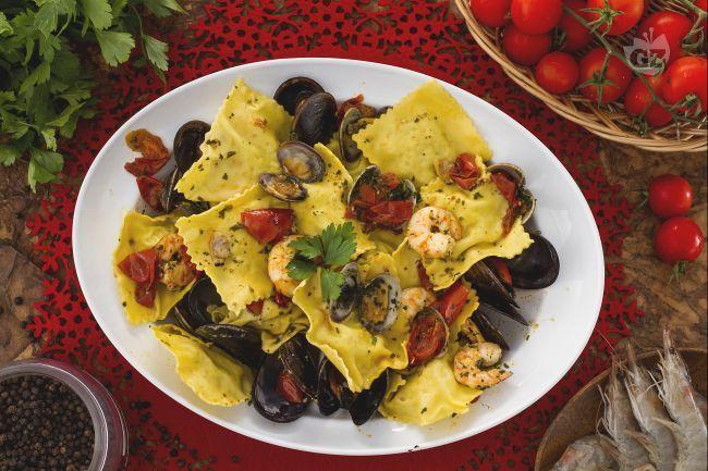I ravioli con sogliola e orata sono un primo piatto di mare gustoso e raffinato, preparato con un ripieno a base di sogliola, orata e patate lessate.