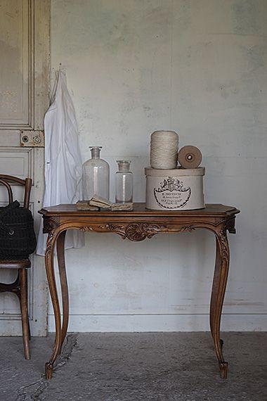 ロカイユ装飾 ルイ15世様式テーブル-antique walnut table 幕板にはC字型曲線スクロール、華やかな感覚に則ったフェミニンなスタイル、抑えめではありますがフランス・ロココのその時代の真髄を要所詰めた軽やかな印象のクルミ材テーブル。部位に因る濃淡を図った天板のパーケットリー(象嵌)加工も上品で美しい。ダメージとして、脚1本にかなりの虫喰い跡が御座います、防虫処理済み、充填済みですがどこまで保つか不明です。あまり重たいお品、割れる花瓶等置かれませぬ様お願い申し上げます。