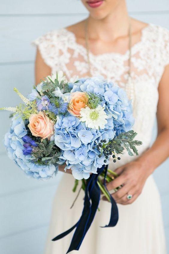 O bouquet de noiva e os arranjos florais da decoração também podem ser azuis!