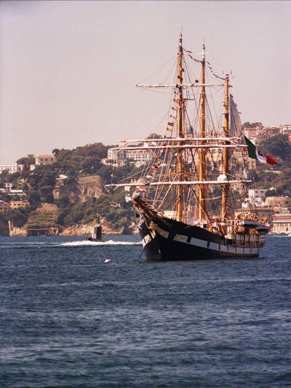 Fotografie della festa della Marina Militare italiana svoltasi nel Goldo di Napoli il 2005. Presente la nave Pastrengo e aeromobile Garibaldi.
